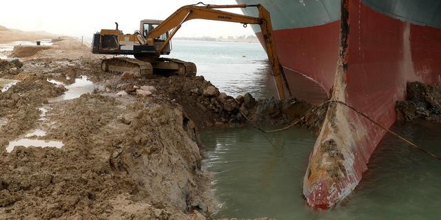 Baggerbedrijf weet nog niet wanneer boten weer via Suezkanaal kunnen varen