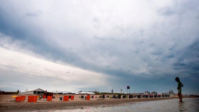 Het weer: Wolken en buien trekken over het land