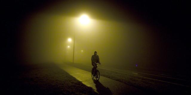 Nachtburgemeester en wethouder delen fietslampjes uit
