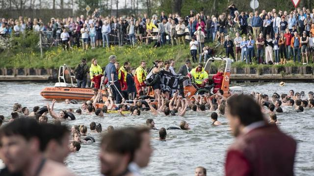 Meerdere studenten bij Triton ziek na sprong in Amsterdam-Rijnkanaal