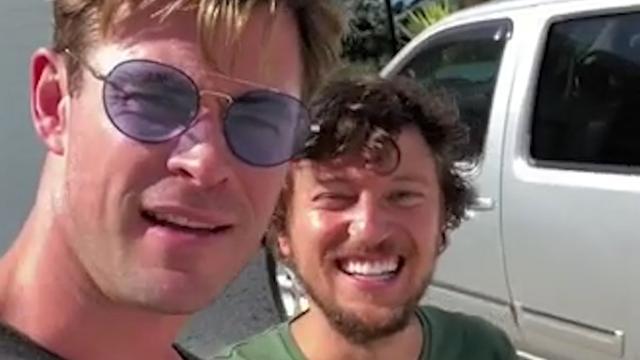 Chris Hemsworth brengt lifter met helikopter naar eindbestemming