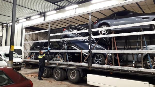 Vier gestolen auto's aangetroffen in vrachtwagen in Overijssel