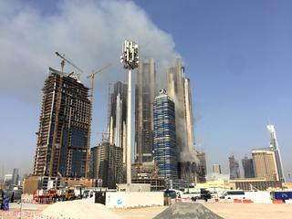Zwarte rookwolken trekken over de stad