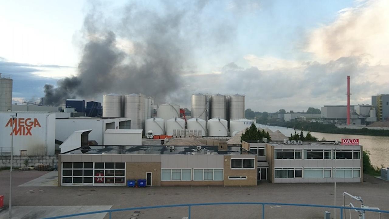 Rookontwikkeling bij grote brand in Katwijk