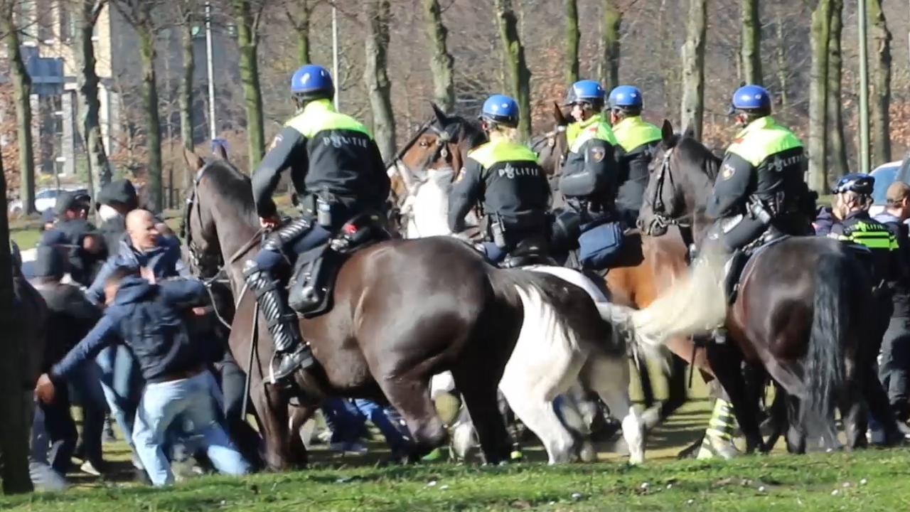 Politie te paard voert charge uit tegen ADO-supporters