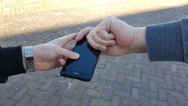 Twee jongens beroven jongen van telefoon op stationsplein