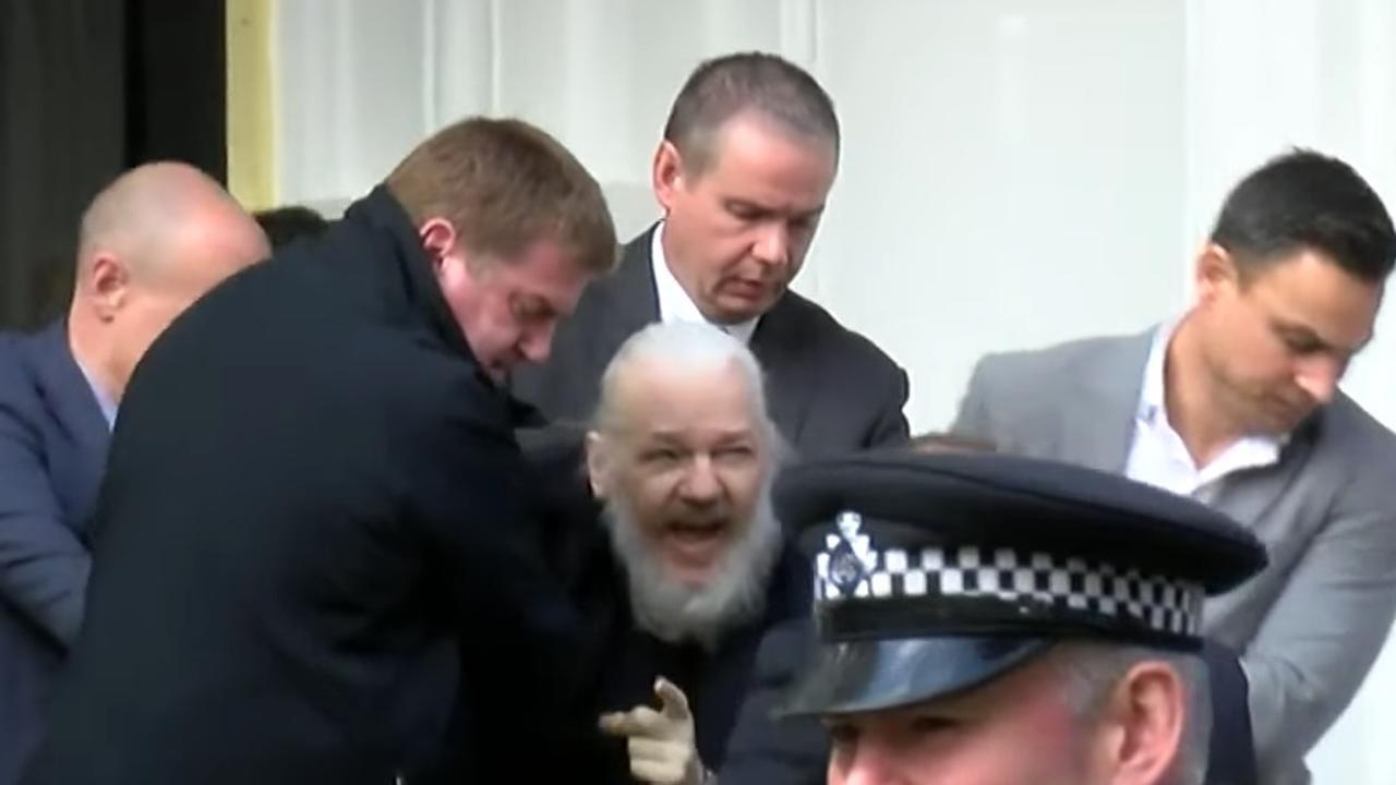 Britse politie sleept Assange uit ambassade van Ecuador