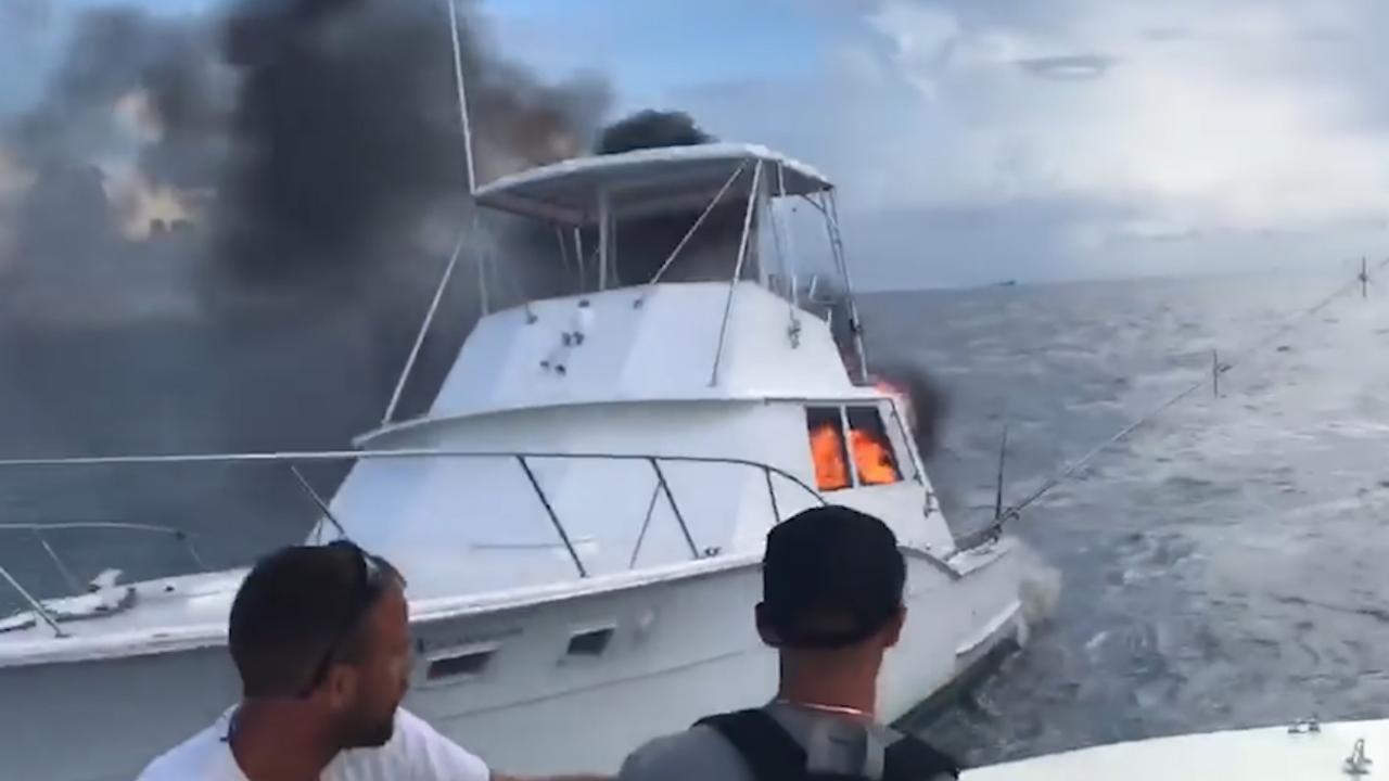 Kapitein redt zes mensen van brandende boot op zee bij Florida