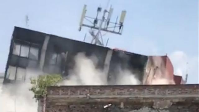 Grote explosie en instortende gebouwen door zware aardbeving Mexico