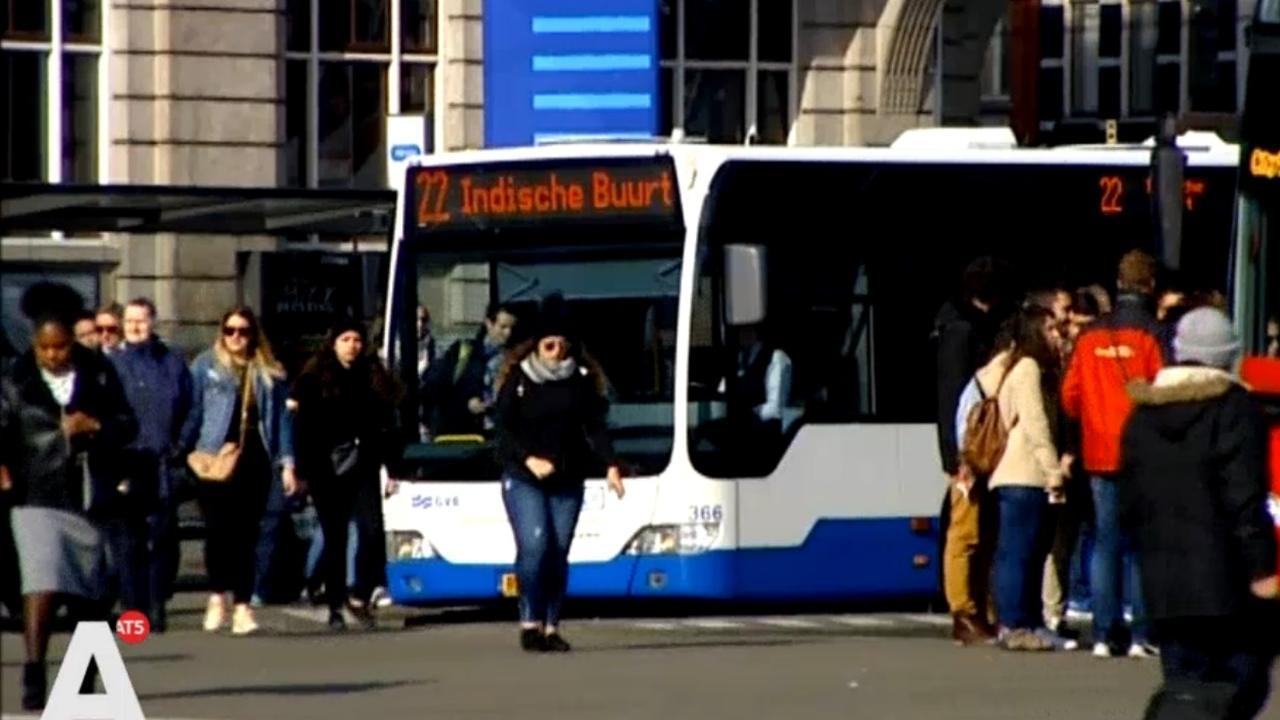 Toeristen moeten wennen aan cashloze GVB-bussen