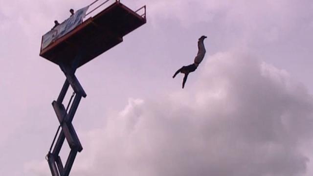 Atleten springen van 22 meter hoogte bij streetdive-wedstrijd