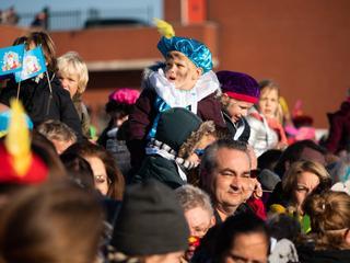 Gezellige sfeer in Den Haag tijdens intocht