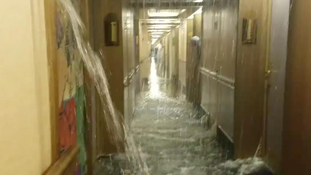Passagiers scheppen water bij overstroming op cruiseschip