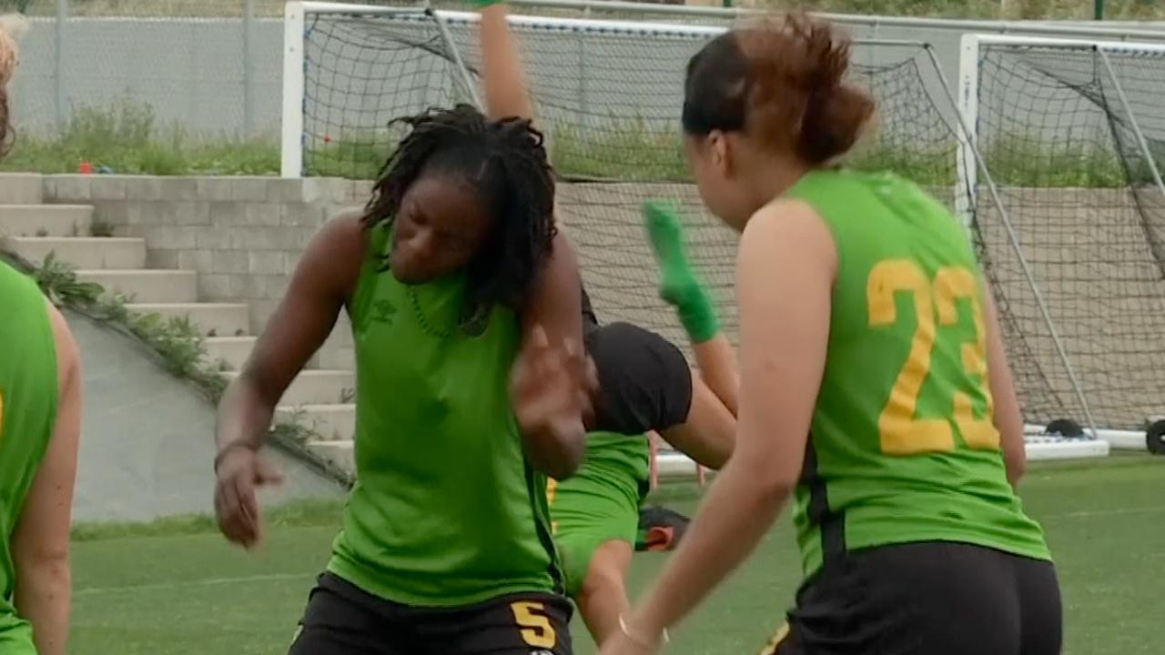Jamaicaanse voetbalsters dansen bij WK-voorbereiding