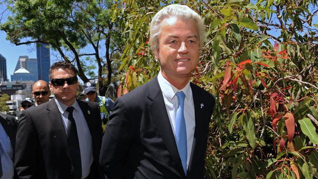 Geert Wilders betreedt bioscoop pas als licht uit is