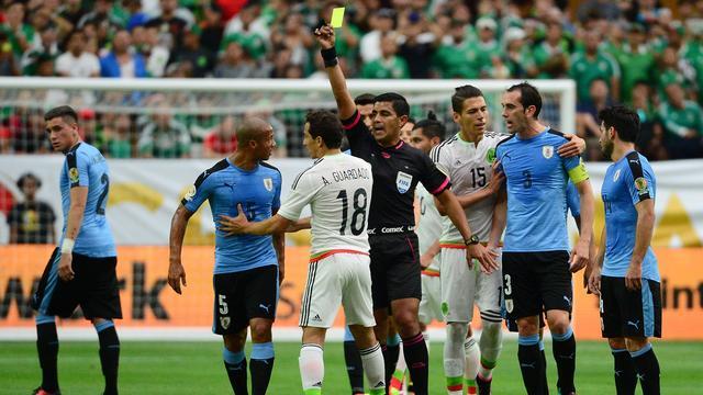 Mexico ondanks rood Guardado langs Uruguay op Copa America