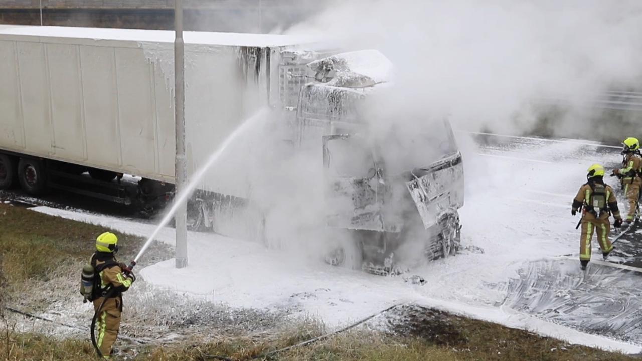 Brandweer blust brandende vrachtwagen langs A4 bij Delft
