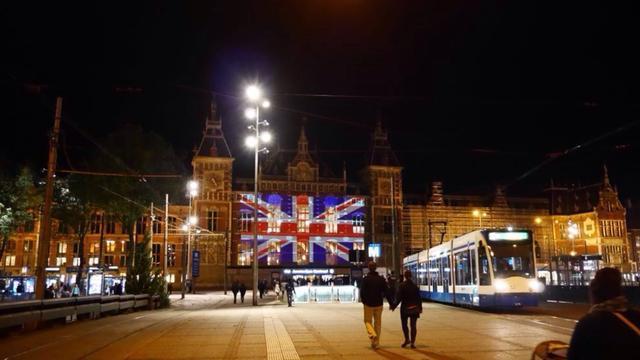 Britse vlag geprojecteerd op Amsterdam Centraal na aanslag Manchester