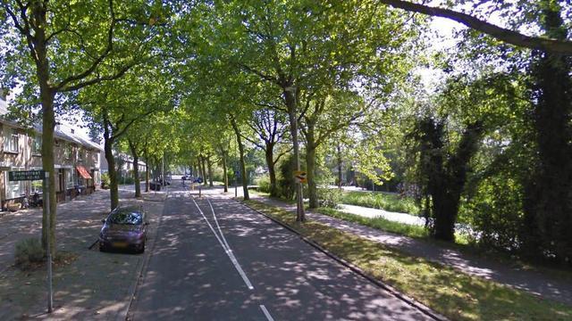 Drie autos en lantaarnpaal beschadigd bij aanrijding Veldbloemweg