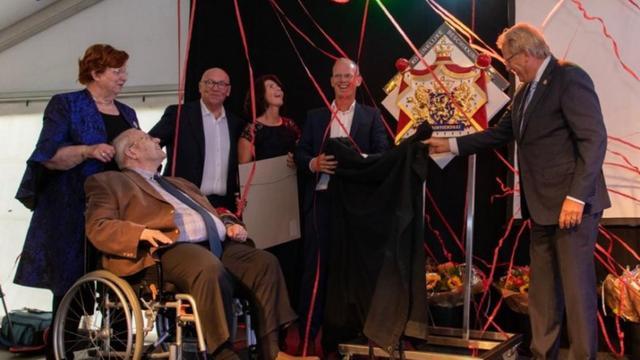 Bakkerij Visser krijgt eretitel uitgereikt vanwege 100-jarig bestaan