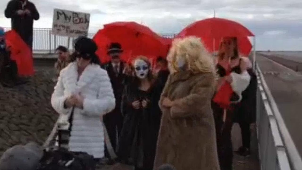 Amsterdamse prostituees dansen op afsluitdijk