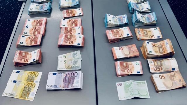 Rotterdamse politie stuit op ruim 150.000 euro bij preventief fouilleren
