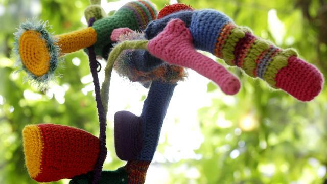 Vrouwen hangen Indische Buurt vol met breiwerken
