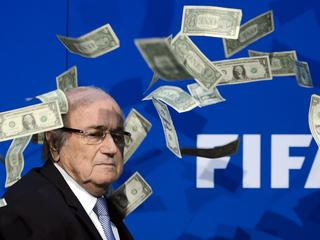 Simon Brodkin gooit valse bankbiljetten over FIFA-voorzitter