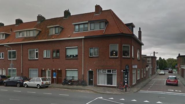 'Auto rijdt tegen gevel van huis aan Hoge Rijndijk'