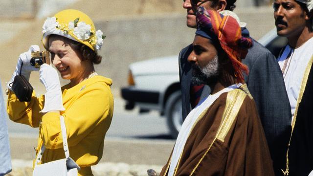 De koningin, zelf talloze keren gefotografeerd, maakt zelf een foto tijdens een staatsbezoek aan Oman in 1979.