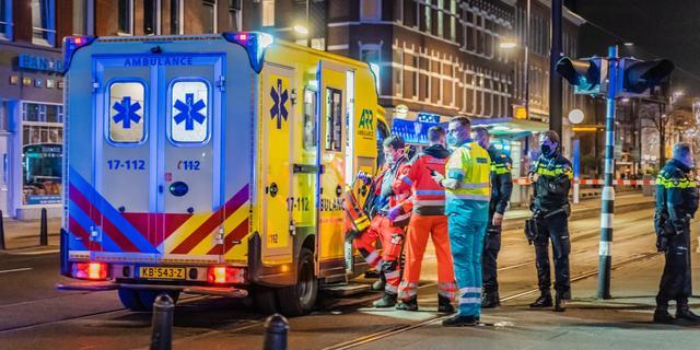 Man met groot mes valt op straat Rotterdammer aan, getuige grijpt in