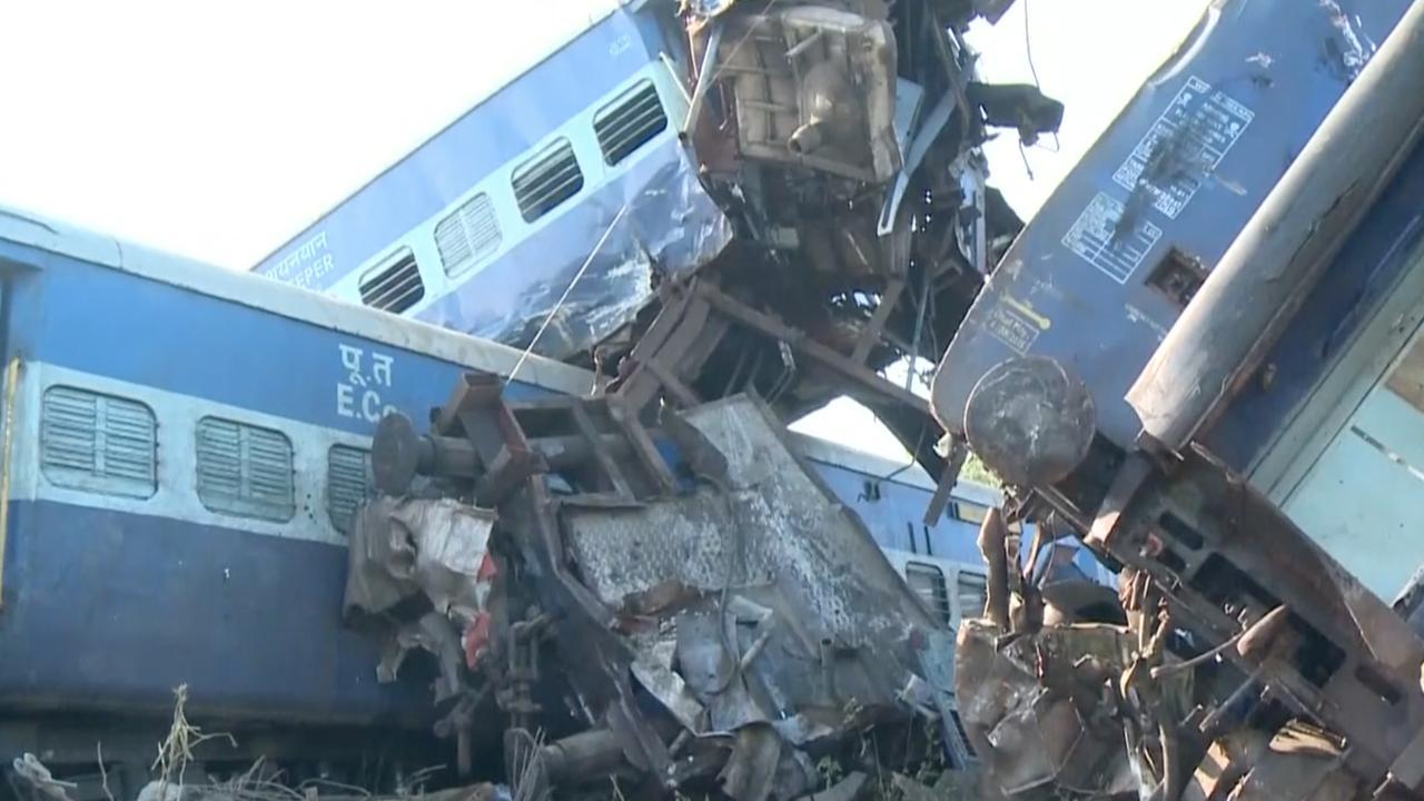 Grote schade en opeengestapelde wagons na treinongeluk in India