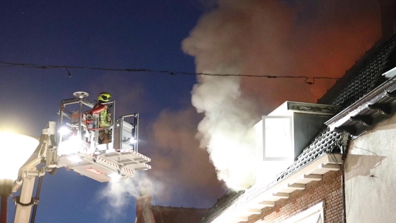 Brandweer bestrijdt grote brand in woning Naaldwijk