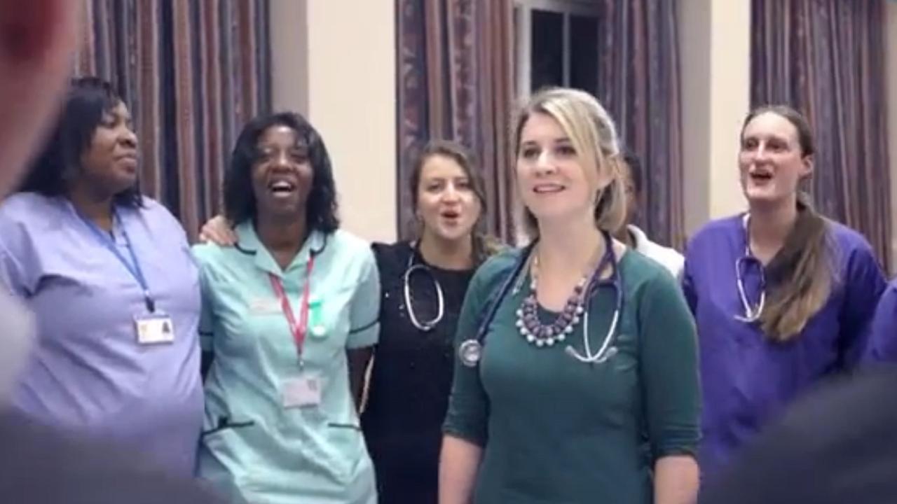 Brits koor van verpleegkundigen zingt mash-up