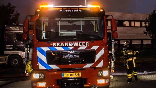 Vlammen slaan uit afvalcontainer in Noord