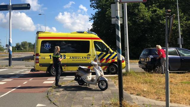Auto en scooter botsen op Leidseweg