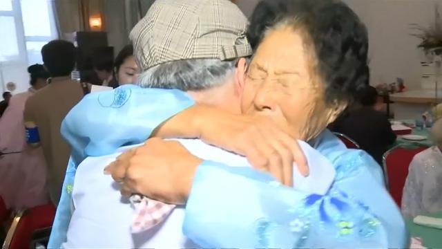 Koreaanse familieleden omhelzen elkaar voor het eerst in zestig jaar