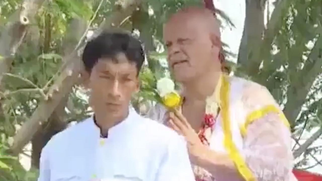 Ratelband scheert hoofd kaal en bekeert zich tot boeddhisme