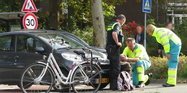 Fietser botst met auto bij rotonde aan het Marsdiep