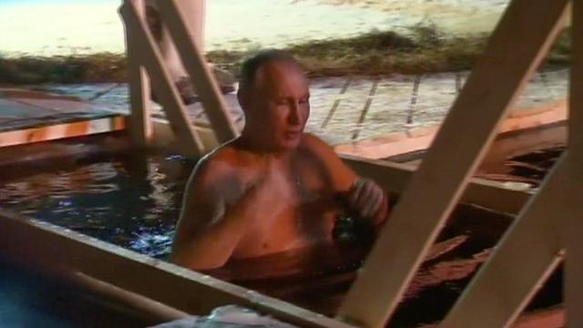 Vladimir Poetin duikt in ijskoud water tijdens viering Driekoningen
