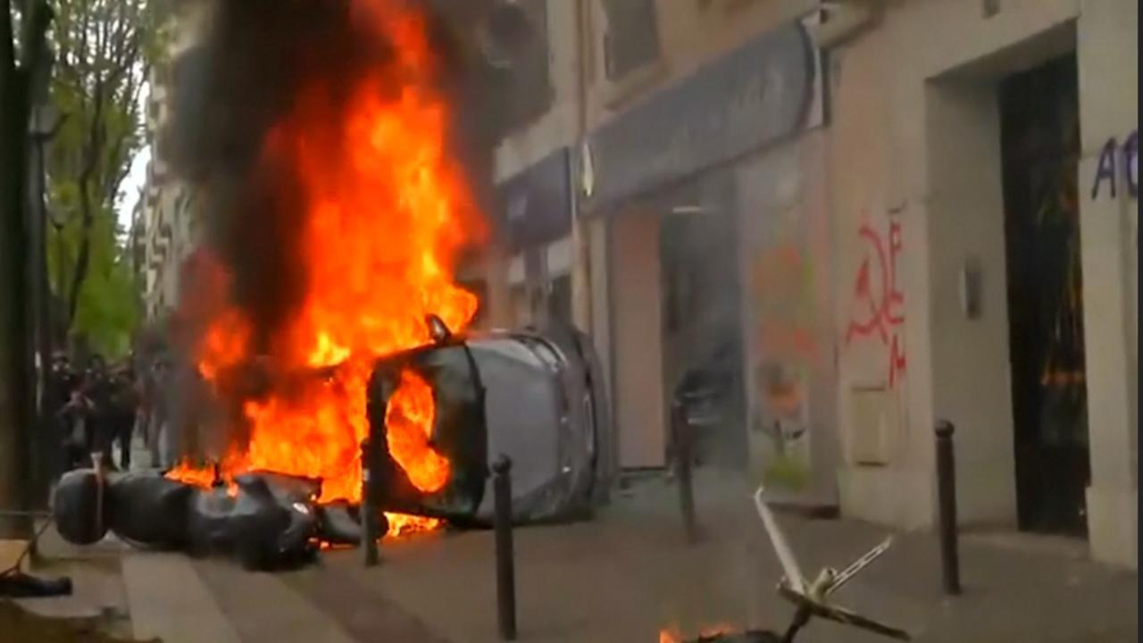 Auto in brand gestoken tijdens jaarlijkse demonstratie in Parijs