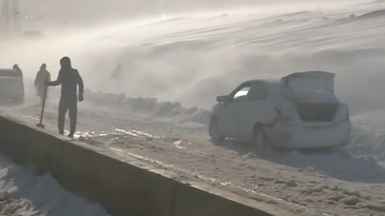 Sneeuwstorm legt verkeer plat in Algerije