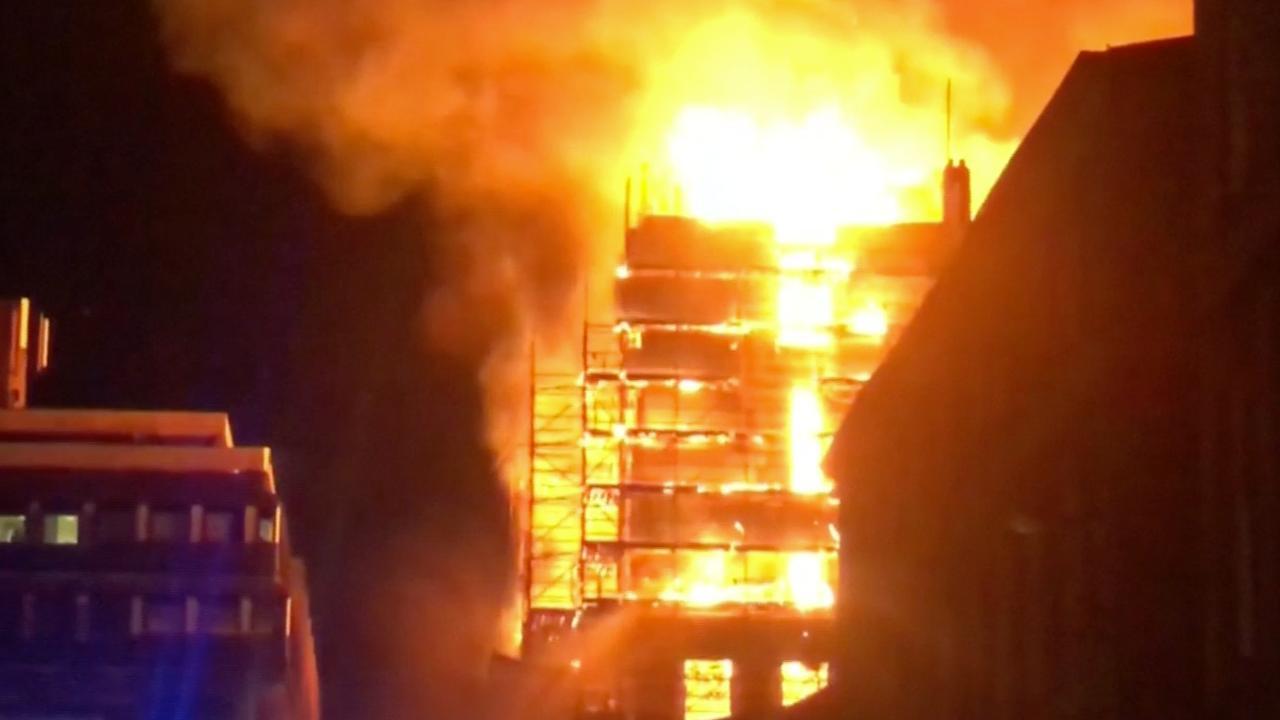 Brand verwoest beroemd gebouw Glasgow