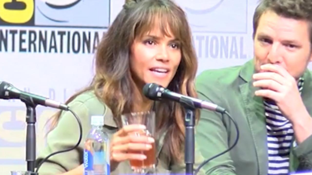 Halle Berry drinkt in één keer glas Bourbon leeg om vraag te ontwijken