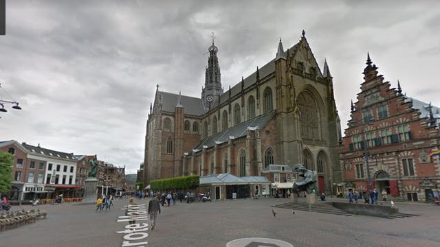 Vlag op stadhuis Haarlem halfstok uit respect voor doodgeschoten Bas van Wijk