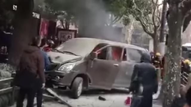 Achttien gewonden in China nadat auto door brand inrijdt op voetgangers