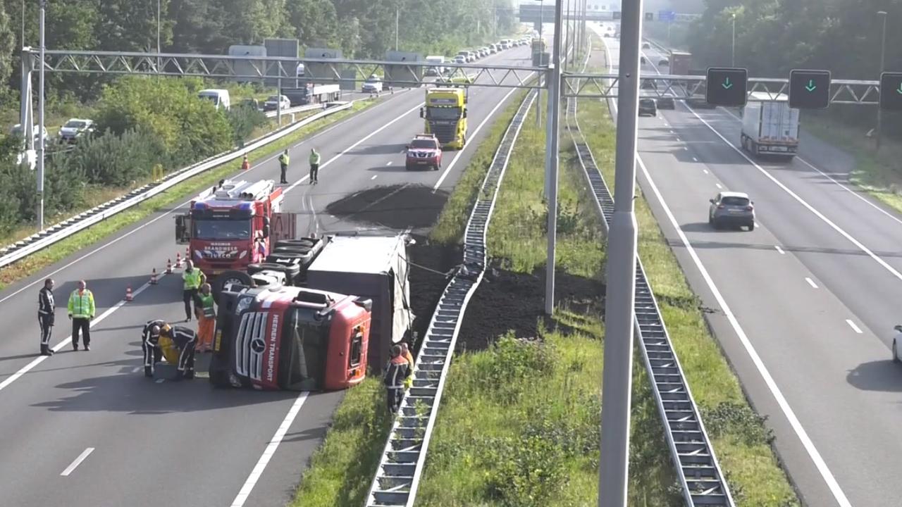 Vrachtwagen met vijverslib kantelt op A50 bij Hoenderloo