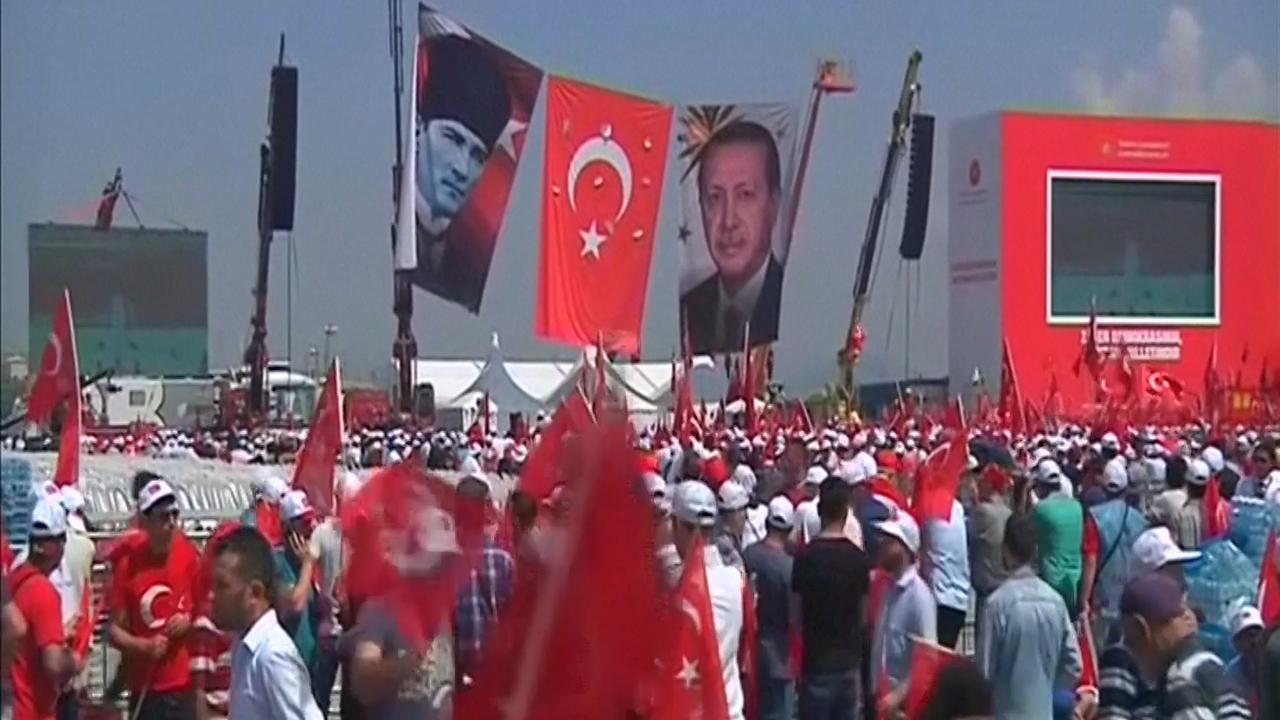 Miljoenen Turken demonstreren tegen coup in Istanbul