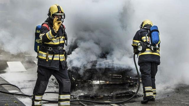 Auto flink beschadigd na brand in Hoograven