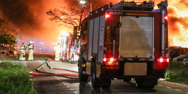 Grote brand in opslagloods met foodtrucks in Sloterdijk